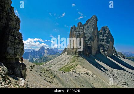 L'alpinista sulla Via Ferrata De Luca alla Tre Cime di Lavaredo / Drei Zinnen, Dolomiti, Italia Foto Stock