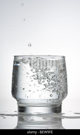 Acqua gassata in un bicchiere, close-up Foto Stock