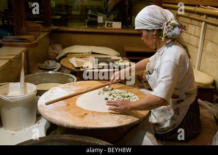 Il Grand Bazaar Kapali Carsi Kapalıcarsı Istanbul Turchia donna panetteria pane pancake bakehouse Foto Stock