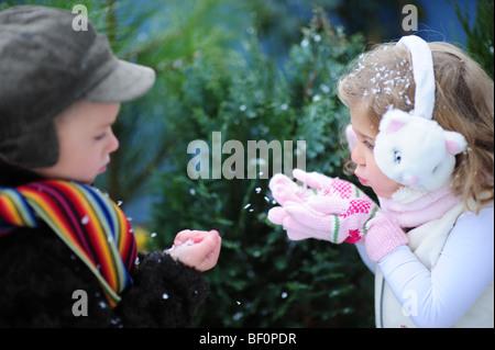 Bambini I lavori di soffiaggio della neve Foto Stock