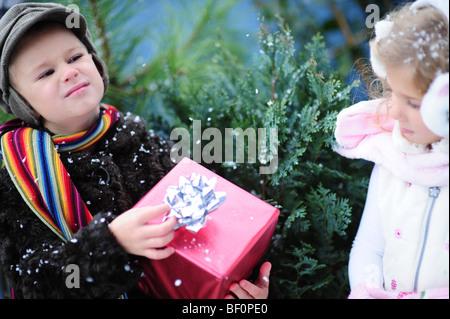 Bambini Getting Christmas-Box Foto Stock