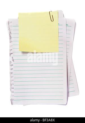 Memo giallo con una graffetta, scrivere la nota su di esso Foto Stock