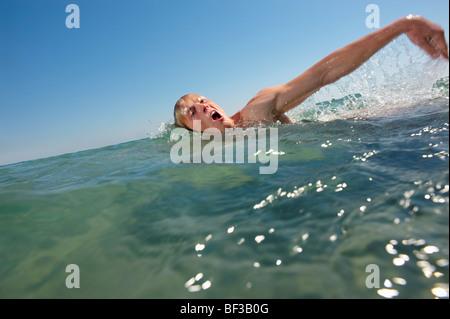 L'uomo nuotare nel mare Foto Stock
