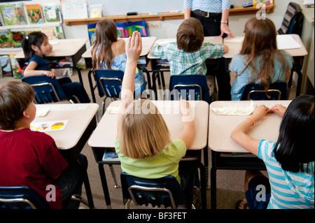 Scuola elementare di partecipazione in classe Foto Stock
