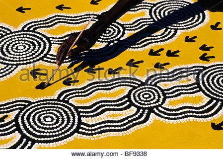 Artista aborigena, Turchia Tolson Tjupurrula, al lavoro, deserto centrale, Australia Foto Stock