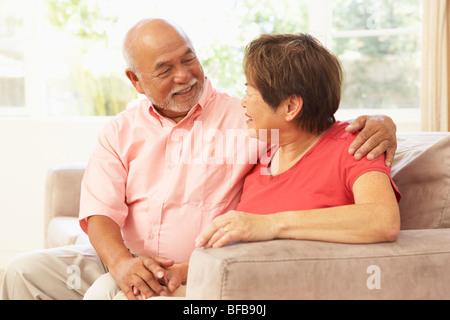 Coppia senior in un momento di relax a casa insieme