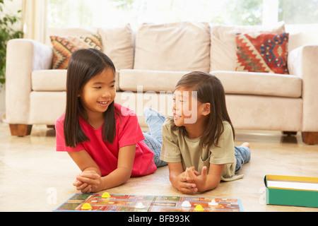 Due ragazze giocare gioco di bordo a casa Foto Stock
