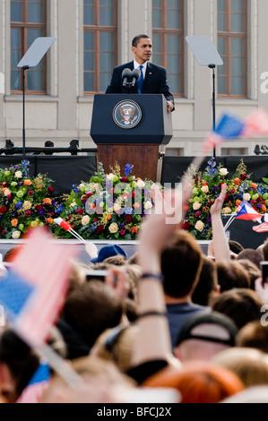 Il presidente degli Stati Uniti Barack Obama dando il discorso al castello di Praga a Praga, 4 aprile 2009. Foto Stock