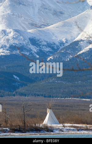 Tende tepee con Vimy Ridge e divano Mountain in background, Parco Nazionale dei laghi di Waterton, Alberta, Canada. Foto Stock