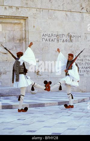 Protezioni Evzone marciando nella parte anteriore del Palazzo del Parlamento, Piazza Syntagma, Atene, Grecia Foto Stock