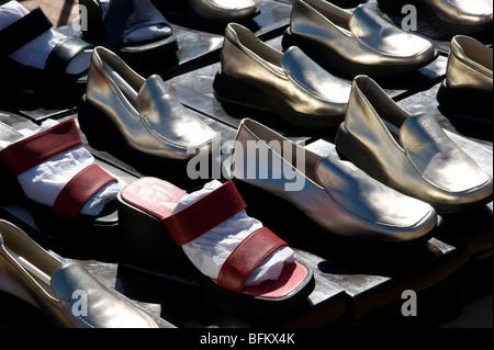 Un display di vari pattini colorati su un mercato in stallo al mercato  Ciutedella 1a23ab90912
