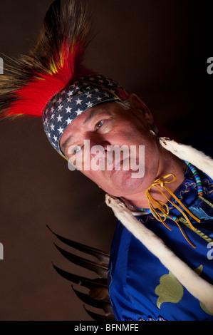 Close up dei Nativi Americani con maschio veterano pezzo di testa piume di aquila indietro e ermellino fur dalle Foto Stock