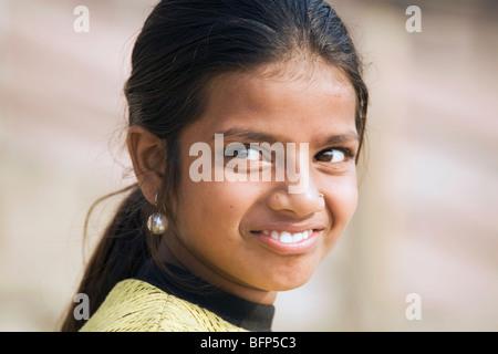 Una giovane ragazza al Gange riverside nell'Hindu città santa di Varanasi, India in nello stato di Uttar Pradesh Foto Stock