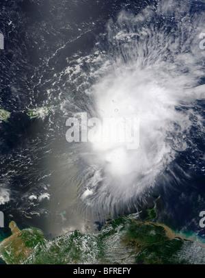 Tempesta tropicale Erika oltre le Piccole Antille isole dei Caraibi. Foto Stock