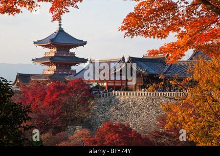 Kiyomizu-dera è un tempio buddista a Kyoto, una grande attrazione per la città e un sito Patrimonio Mondiale dell'UNESCO. Foto Stock