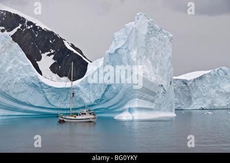 Yacht a vela e iceberg, Errera Channel, Penisola Antartica, Antartide, regioni polari Foto Stock
