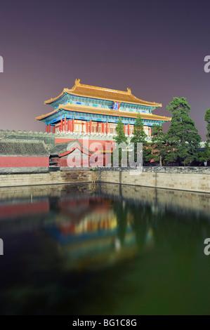 Porta nord della Città Proibita si riflette in un fossato, Palace Museum, il Sito Patrimonio Mondiale dell'UNESCO, Foto Stock