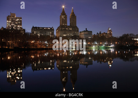 Il San Remo torri, Central Park West skyline notturno si riflette nel lago, Central Park, Manhattan, New York City, Foto Stock
