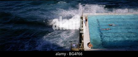 I nuotatori in Bondi iceberg piscina, Sydney, Nuovo Galles del Sud, Australia Pacific Foto Stock