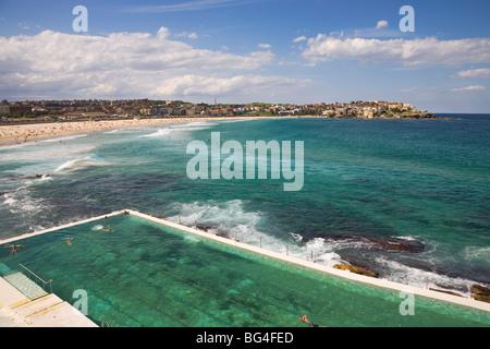 Vista sulla piscina a Bondi iceberg e la spiaggia di Bondi nei sobborghi orientali, Bondi, Sydney, Nuovo Galles Foto Stock
