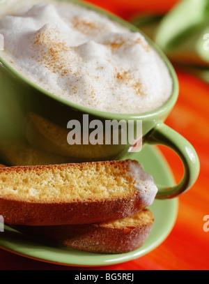 Cappuccino con biscotti Foto Stock