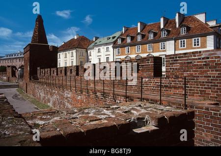 La Polonia. Varsavia. Vista di un tratto di parete gotica che circondava la città vecchia. Foto Stock