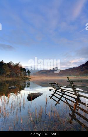 Riflessioni in 'Blea Tarn', Little Langdale, mattina autunnale, Lake District Cumbria, Regno Unito Foto Stock