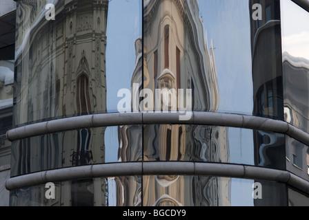 La riflessione del vecchio edificio di nuova costruzione, Belgrado Foto Stock
