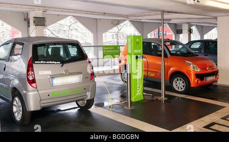 Stazione di ricarica per auto elettriche di una società di autonoleggio in un garage pubblico Foto Stock