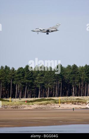 RAF Tornado in arrivo a terra sulla spiaggia a Leuchars, Fife, Scozia Foto Stock