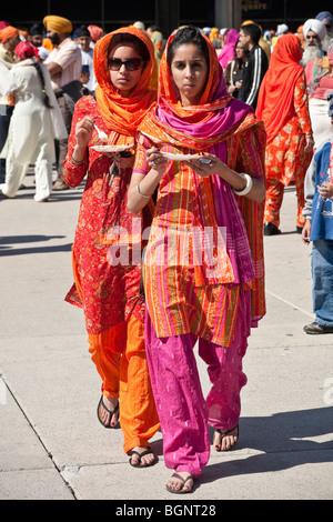 Relazioni annuali di primavera Vaisakhi parade di Toronto, celebra la cultura Sikh