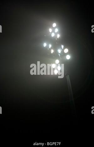 Le luci dello stadio di notte Foto Stock