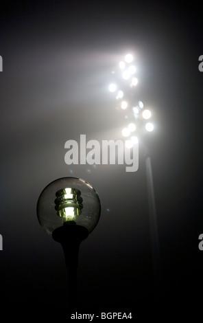 Le luci dello stadio e lampione di notte Foto Stock
