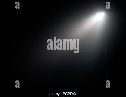 Le luci dello stadio a notte di nebbia Foto Stock