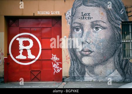 Amore ascendente disegnare graffiti su un muro di Roma, Italia Foto Stock