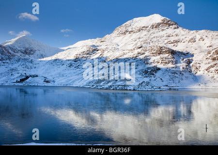 Vista su tutta Llyn Llydaw (Cronfa serbatoio) per presepe Goch e Mt Snowdon con la neve in inverno. Parco Nazionale Foto Stock