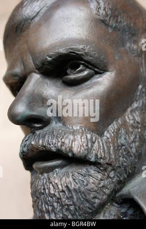 Busto di David Herbert Richards Lawrence (11 settembre 1885 - 2 Marzo 1930) l'autore inglese, poeta, drammaturgo, saggista e critico letterario., scultura fuori dell'entrata al Castello di Nottingham.