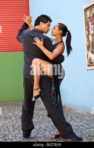 Signor ballerini di tango, all'aperto a Caminito, popolare passeggiata turistica a La Boca, Buenos Aires, Argentina, Foto Stock