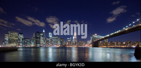 Vista notturna della skyline di New York Foto Stock