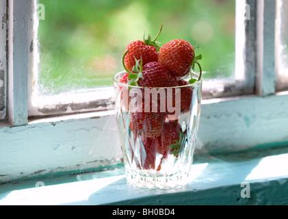 Bicchiere di fragole sul davanzale Foto Stock