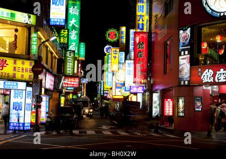 Insegne al neon a da'un distretto di notte, Taipei, Taiwan, Asia Foto Stock