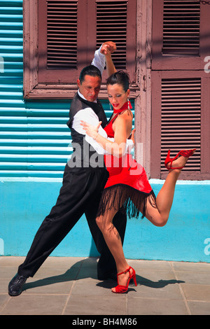 Fanny e Fabio ballerini eseguono il Tango, Milonga e canyengue a Caminito, La Boca, Buenos Aires, Argentina. Foto Stock
