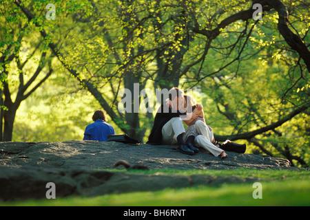 Amanti sotto gli alberi di CENTRAL PARK, Manhattan, New York, Stati Uniti d'America Foto Stock