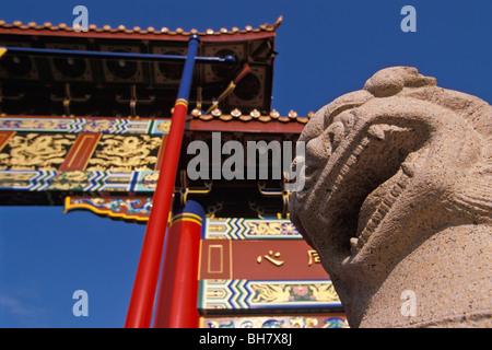 Gate di armoniosa tratte di interesse Fisgard Street, ingresso a Chinatown, Victoria, British Columbia, Canada Foto Stock