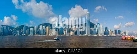 Skyline di Central, Isola di Hong Kong, dal Victoria Harbour, Hong Kong, Cina, Asia Foto Stock