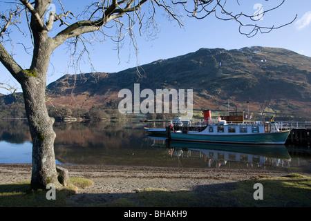 Glenridding pier lady del Lake Ullswater parco nazionale del distretto dei laghi Cumbria Inghilterra uk gb Foto Stock
