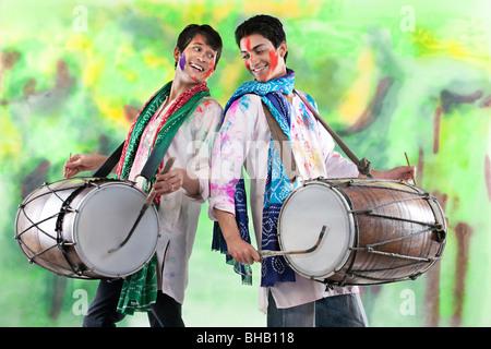 Due uomini giocano su dhols Foto Stock