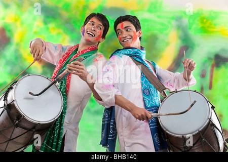 Due uomini giocano su dholaks Foto Stock