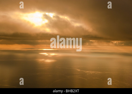 Vista aerea del tramonto che si riflette sull'acqua, Oceano Pacifico, isola di Kodiak, Southwest Alaska Foto Stock