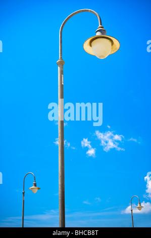 Lampione contro il cielo blu Foto Stock